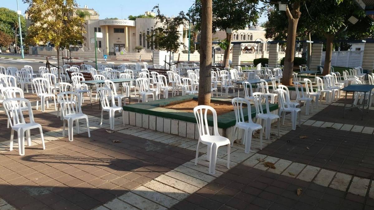 מומלץ להתפלל בשבתות בחוץ. בתמונה היערכות העירייה לתפילות בחגי תשרי