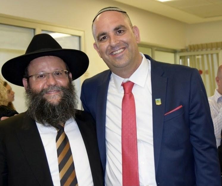 ראש העיר יאיר רביבו והרב שמעון מאיר ביטון (תמונת ארכיון לפני הקורונה).