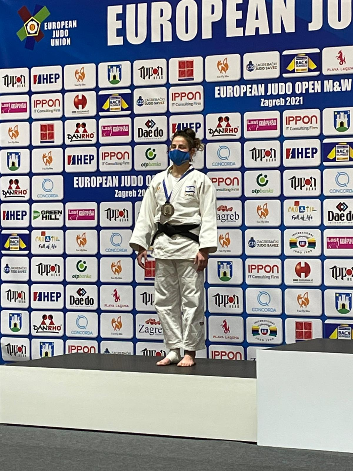 מיה לאופולד2 על דוכן המנצחים אליפות אירופה הפתוחה 1.5.21, צילום עמית לאופולד