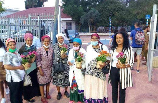 נשות הקהילה שהגיעו לטקס, עם אלמז זרו חברת המועצה