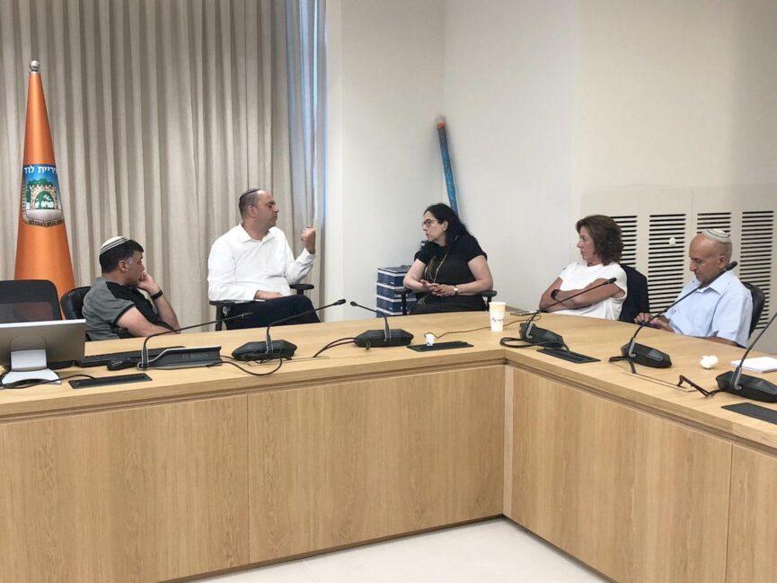 ראש העיר יאיר רביבו עם מנהלת המחוז ורדה אופיר וממלא מקומו יוסי הרוש