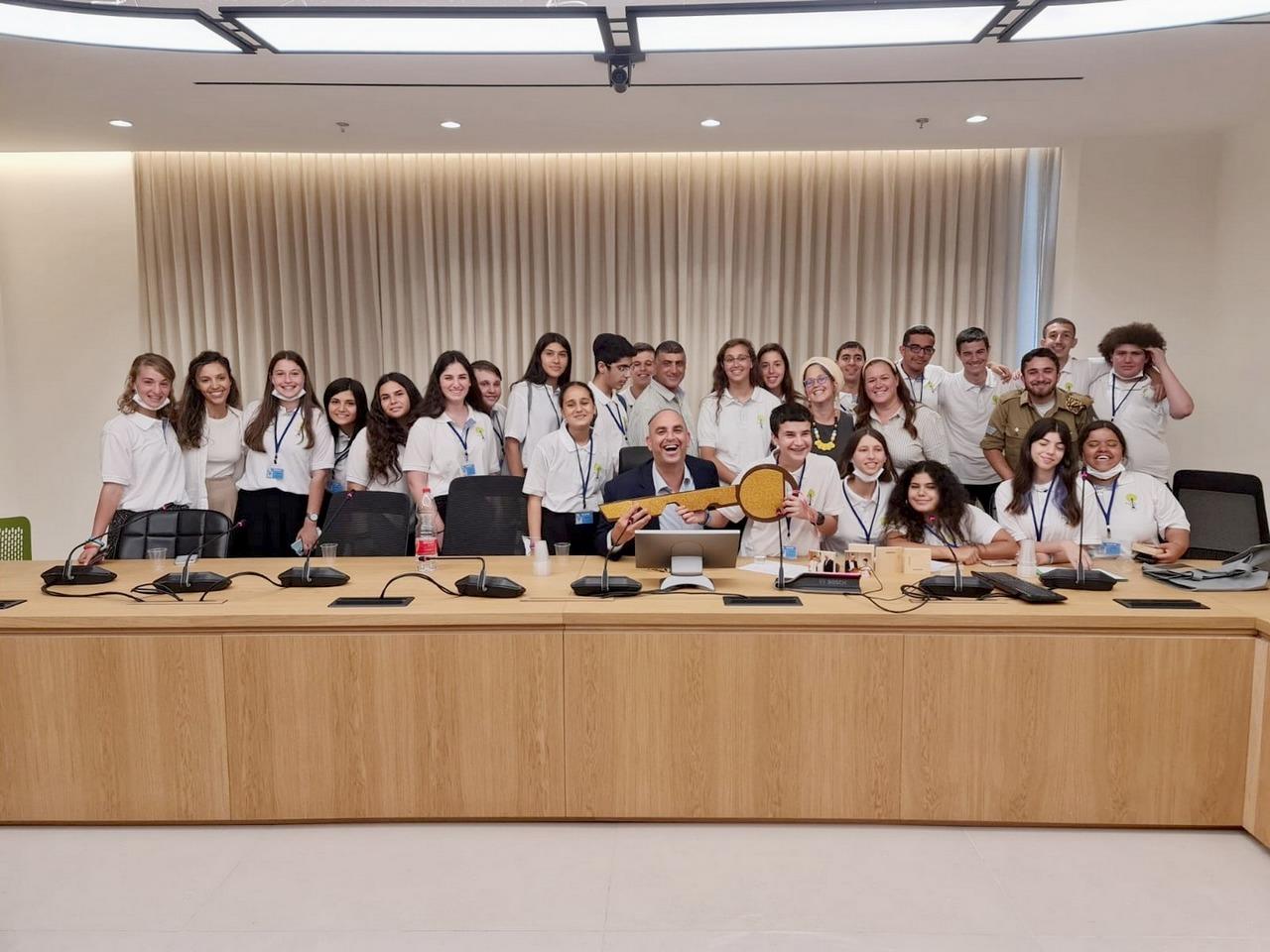 ראש העיר יאיר רביבו מעניק את מפתח העיר ליור מועצת הנוער העירונית יונתן גימפל