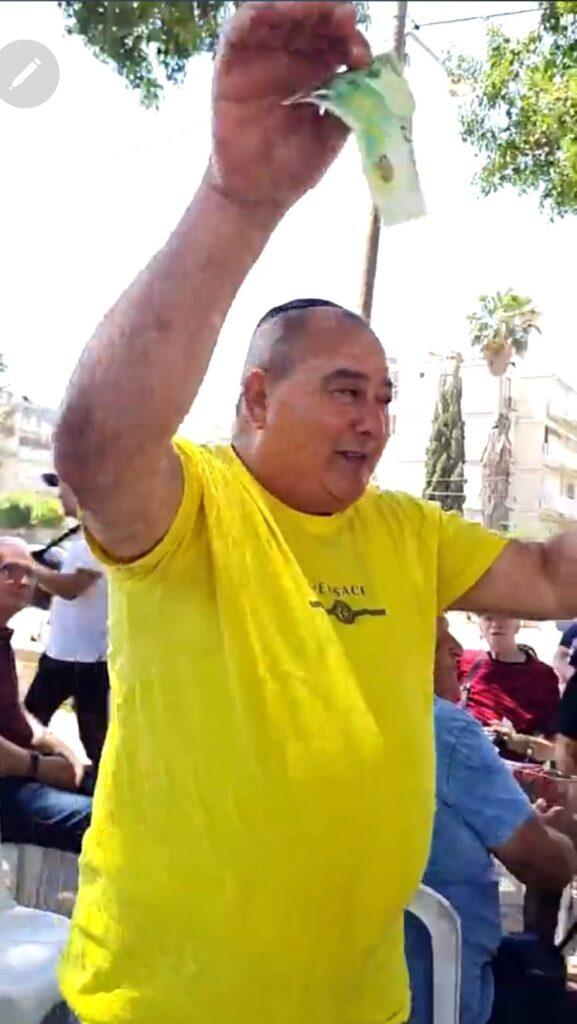 משה, חבר הפרלמנט, נותן טיפים נאים בכל הופעה של הזמרים. צהוב צופה שינית תגרוף גם הפעם טיפים שמנים מהלודאים