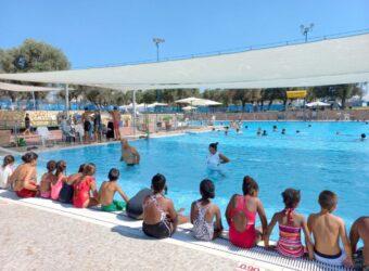 ילדי מועדוניות הרווחה בלוד לומדים שחייה בבריכה העירונית