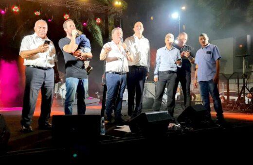 רביבו וגאון על הבמה עם יוסי הרוש, גיל חדד, אהרון אטיאס, נתנאל אייזיק ואלי סער